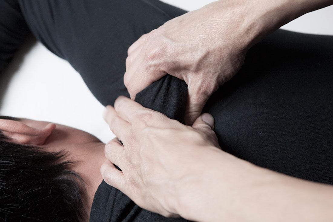 Pétrissage-des-épaules-massage-jaidee